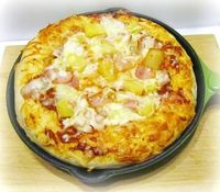 Frying pan Hawaiian pizza