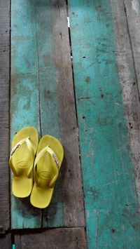 sunny yellow havaianas and a touch of turquoise painted wood.